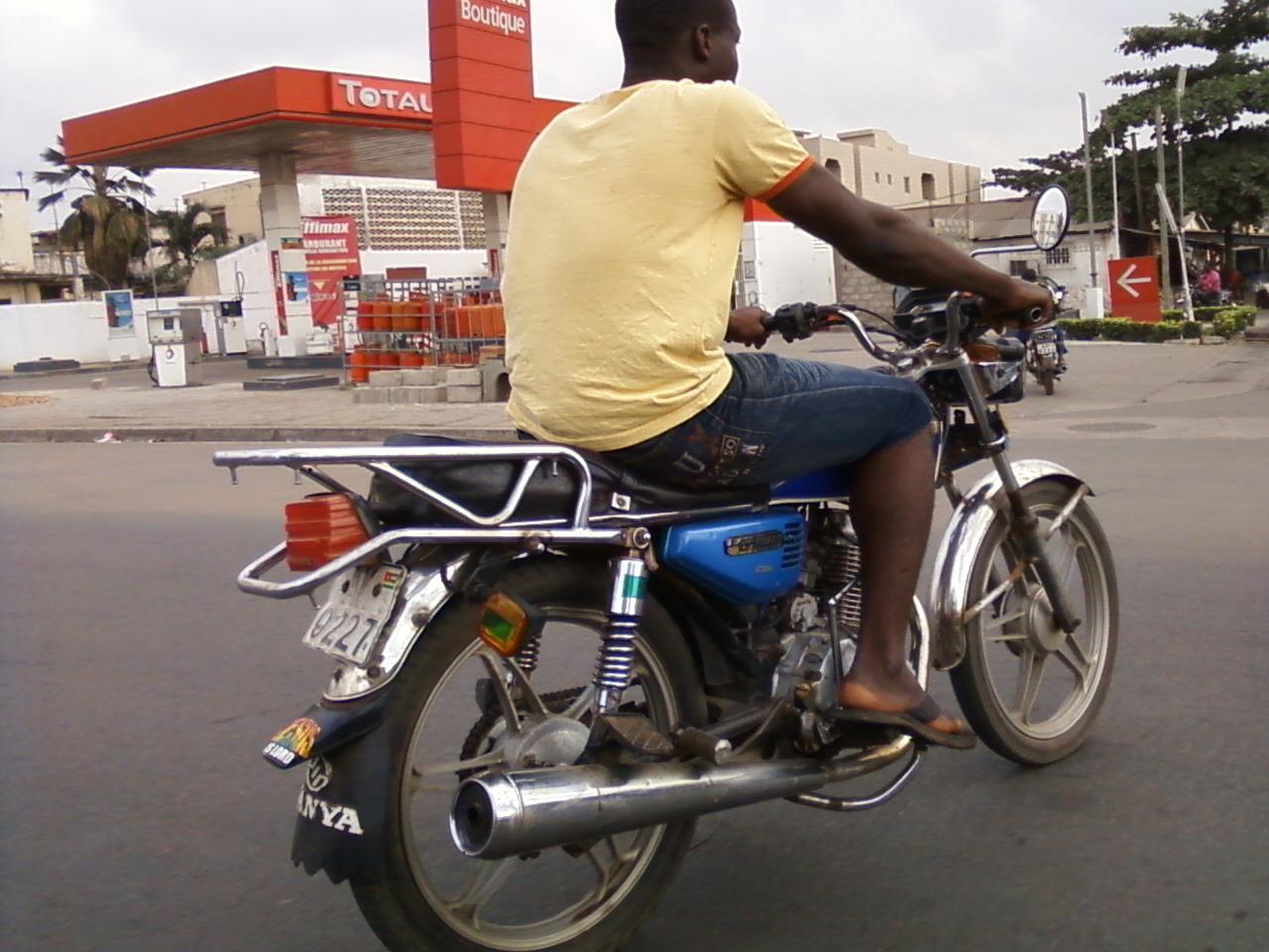 Moto_taxi_Lomé_Togo_photo_aristides_honyiglo
