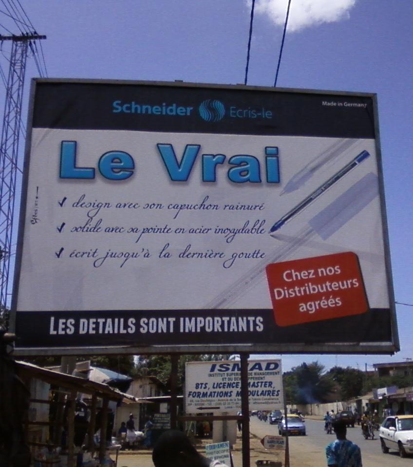Pub de stylo, Lomé (Crédit photo : A. Honyiglo)