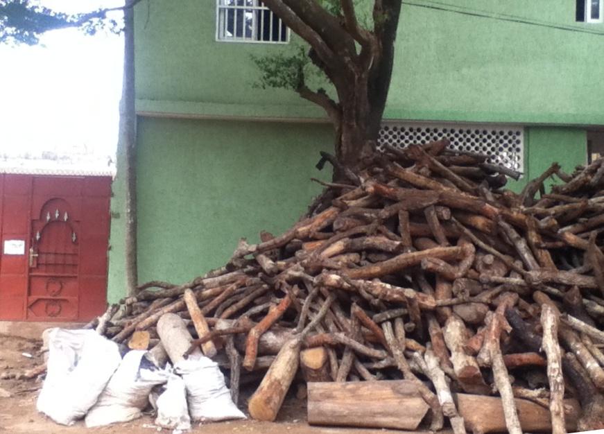 Une « montagne de bois de chauffe » à Lomé (Photo : Lomeplastic)